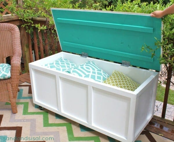 DIY Outdoor StorageBin & Bench This storage bin is so attractive and it can hold a lot of things! Hide your kid's balls, toys, or gardening tools in this sleek bench. These are especially helpful if you have a very small yard, limited storage or your patio.thesawguy.com