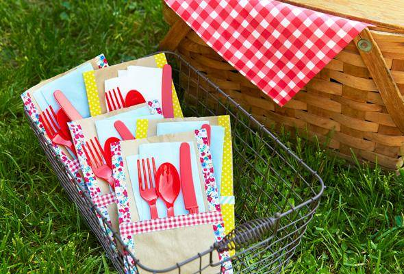 Easy Picnic Utensil Holders Picnics, barbecues and summer parties are the perfect place to use these easy picnic utensil holders. They look fantastic and you need very few supplies. thesawguy.com