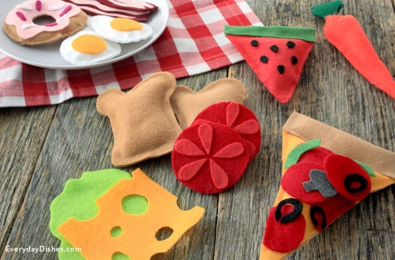 Felt Play Food After you make felt play foodI am certain your kids are going to be entertained for hours. You don't even have to sew at all to put the food together. How awesome is that? You just need glue, scissors and felt. thesawguy.com